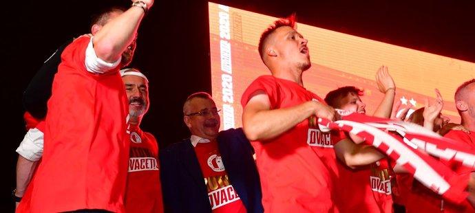 Fotbalisté Slavie slavili titul spolu s fanoušky, Jaroslav Tvrdík před Edenem nechyběl