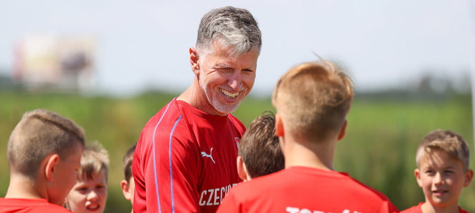 Trenér reprezentace Jaroslav Šilhavý vedl děti ve Fotbalové škole Petra Čecha
