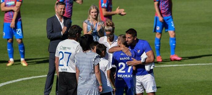 Před posledním zápasem kariéry se s Milanem Barošem přišla přímo na trávník pozdravit i rodina