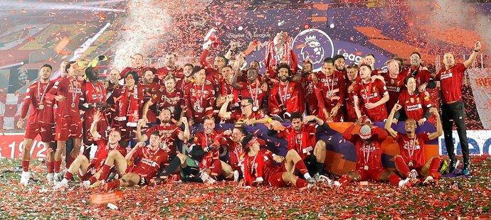 Fotbalisté Liverpoolu oslavují mistrovský titul s trofejí pro vítěze Premier League