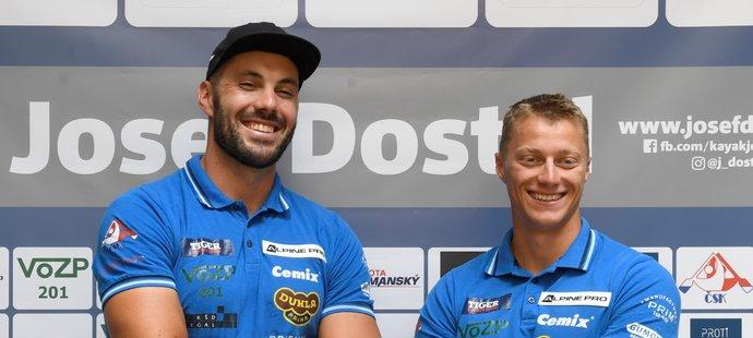 Rychlostní kajakáři Josef Dostál (vlevo) a Radek Šlouf