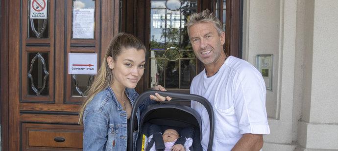 Novopečený tatínek Petr Nedvěd si vyzvedl v porodnici přítelkyni Nicol a dcerku Naomi.