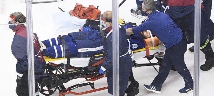 Obránce Toronta se udeřil v pádu hlavou do kolena Olivera Bjorkstranda a po dlouhém ošetření opustil led na nosítkách.
