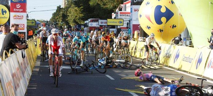 Těžký pád ve finiši první etapy cyklistického závodu Kolem Polska, kde se vážně zranil nizozemský cyklista Fabio Jakobsen