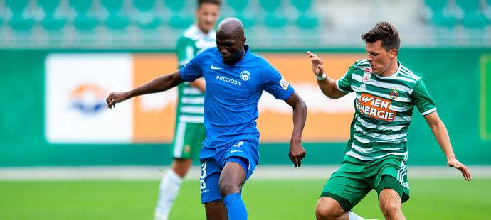 Kamso Mara v utkání proti vídeňskému Rapidu, který Slovan prohrál 0:3