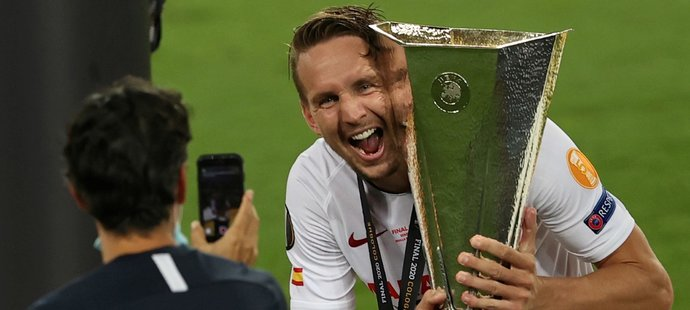 Luuk de Jong se fotí s pohárem pro vítěze Evropské ligy