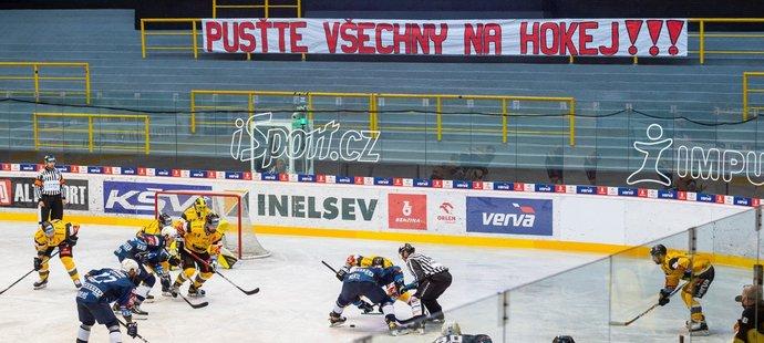 Transparent hokejových fanoušků během druhého čtvrtfinálového duelu mezi Litvínovem a Plzní
