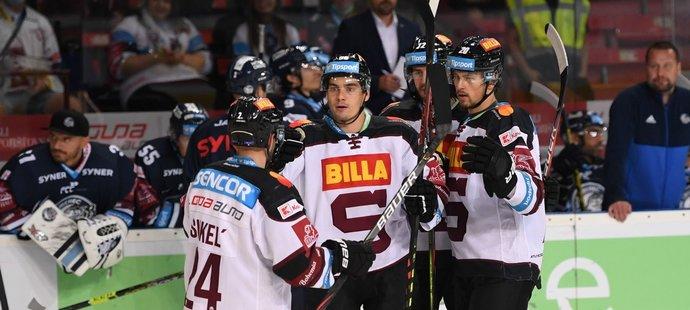 Hokejisté Sparty se radují ze vstřelené branky v duelu s Libercem