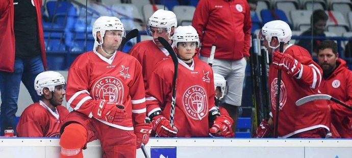 Hokejový matador Jaroslav Bednář (vlevo) je ve Slavii obklopen mladíky, které by rád posunul tak, aby jednou mohli pražský tým vrátit do extraligy
