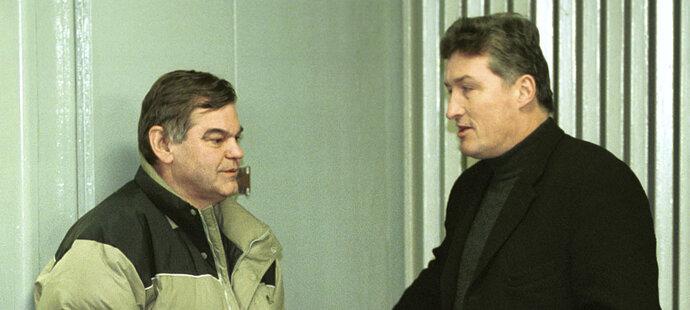 Vladimír Vůjtek rozmlouvá s Milošem Říhou před extraligovým zápasem Sparta - Třinec v roce 2001