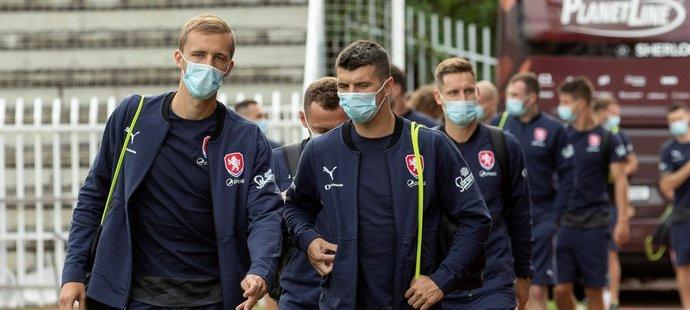 Tomáš Souček a Ondřej Kúdela v čele reprezentantů přicházejí na trénink před duelem na Slovensku