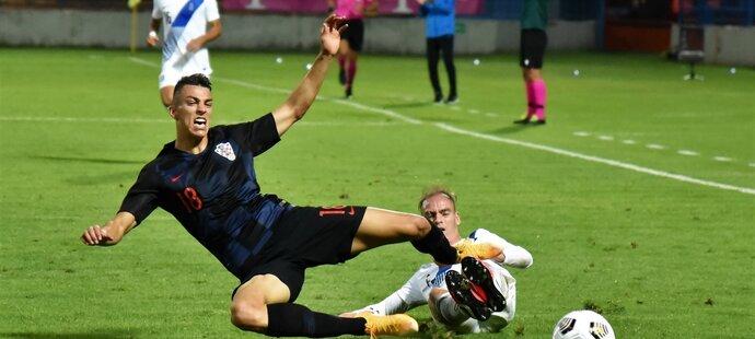 Petar Musa faulovaný v zápase chorvatské jednadvacítky s Řeckem