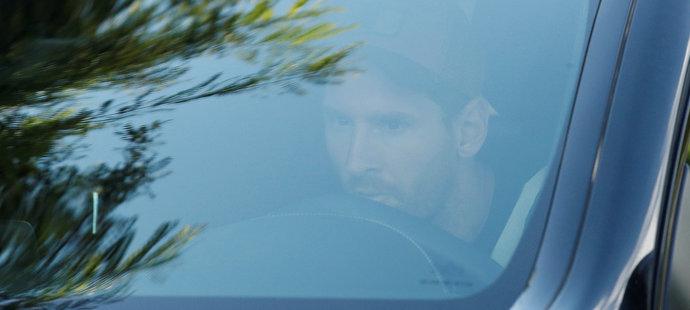 Lionel Messi přijíždí na první trénink Barcelony po neúspěšném pokusu o přestup