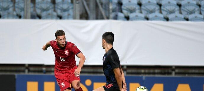 Ondřej Šašinka odehrává míč před Darkem Nejašmičem z Chorvatska