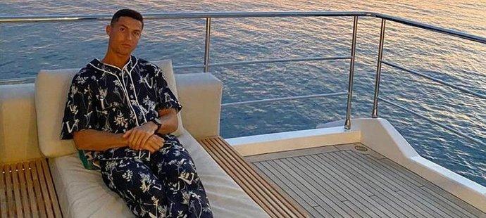 Cristiano Ronaldo si plavbu na moži užil v pyžamu za 53 tisíc