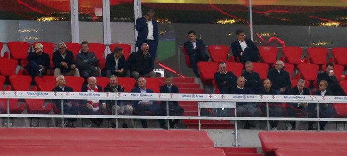 Členové klubového vedení Bayernu na prázdném stadionu při jasné výhře nad Schalke