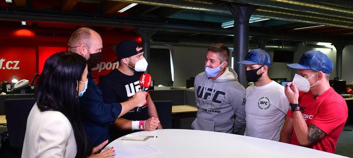 David Dvořák se svým týmem při natáčení pořadu Fight v redakci deníku Sport