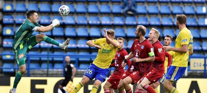 Olomoucký gólman Aleš Mandous vyráží balon v utkání se Zlínem