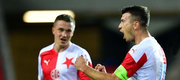 Slávisté Ondřej Kúdela a Tomáš Malínský se během utkání se Slováckem radují z branky