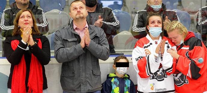 Piráti Chomutov se rozloučil se svým obráncem Ondřejem Buchtelou, jehož zabila rakovina srdce. U dojemné ceremoie nechyběli hokejistova maminka Eva, tatínek a partnerka Anička s malým synkem