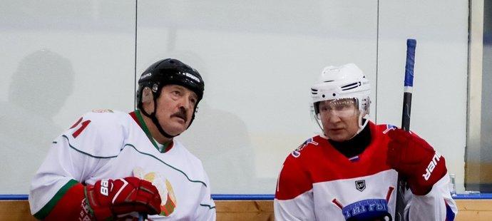 Běloruský prezident Alexandr Lukašenko a prezident Ruska Vladimir Putin při hokejovém zápase