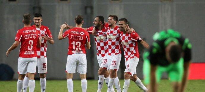 Fotbalisté Hapoel Beer Ševa oslavují vítězství nad Plzní v kvalifikaci Evropské ligy