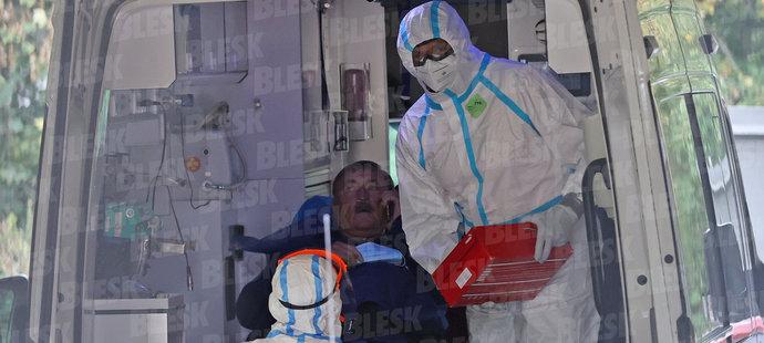 Legendu československého fotbalu Antonína Panenku v pátek převezli z Benešova na specializované pracoviště v nemocni na Karlově náměstí, kde bojuje proti zápalu plic doprovázeného covidem