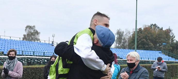 Vítěz Velké pardubické Lukáš Matuský skáče do náruče trenérovi Radkovi Holčákovi