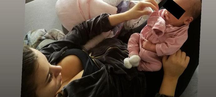 Novopečená maminka Hana Schicková si užívá pohodičku s dcerkou.