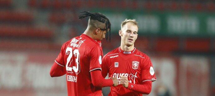 Tyronne Ebuehi (vlevo) a Václav Černý (vpravo) se radují z branky Twente