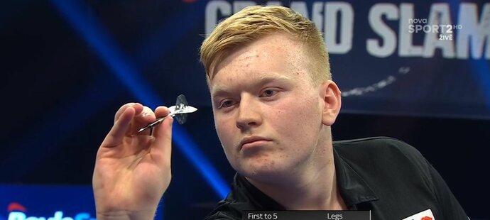 Český šipkařský talent Adam Gawlas při svém prvním zápase na Grand Slam of Darts proti Garymu Andersonovi