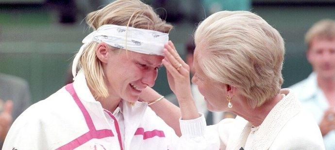 Jana Novotná našla po prohraném wimbledonském finále v roce 1993 útěchu v náruči vévodkyně z Kentu