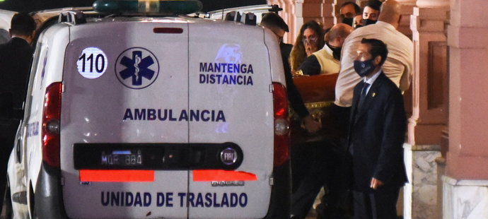 Rakev s ostatky Diega Maradony po příjezdu do prezidentského paláce v Buenos Aires