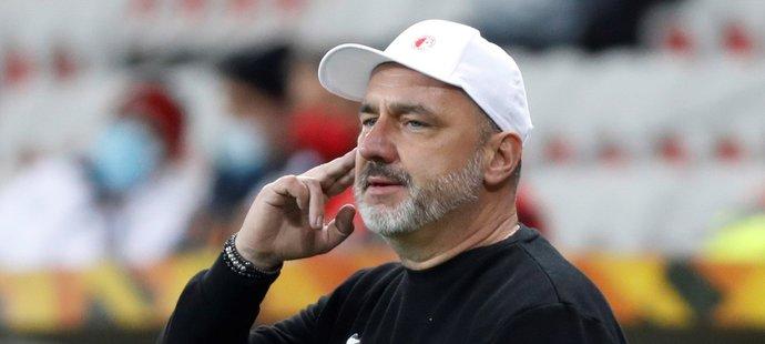 Trenér Slavie Jindřich Trpišovský v utkání na hřišti Nice