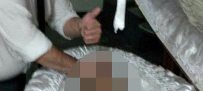 To, co udělal zaměstnanec pohřební služby u rakve Diega Maradony (†60) bylo odporné.