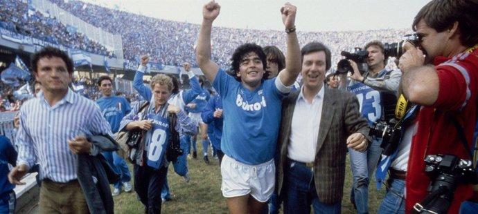 Radost Diega Maradony po jednom z triumfů v dresu Neapole