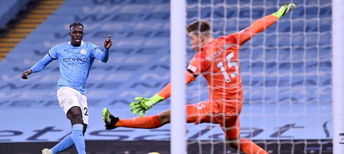 Benjamin Mendy střílí gól do sítě Burnley