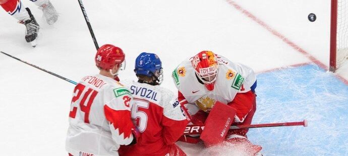 Mladý obránce Stanislav Svozil v utkání proti Rusku