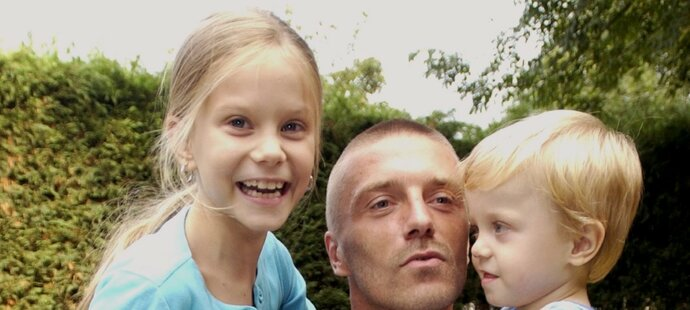 Tomáš Řepka s dětmi v roce 2002, kdy hrál v Anglii za West Ham
