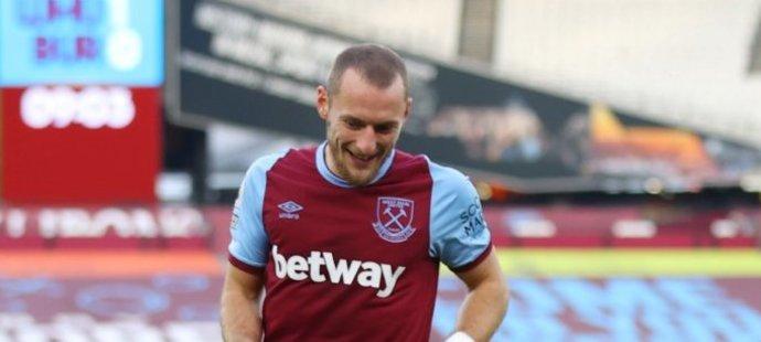 Fotbalisté West Hamu slaví trefu Michaila Antonia proti Burnley
