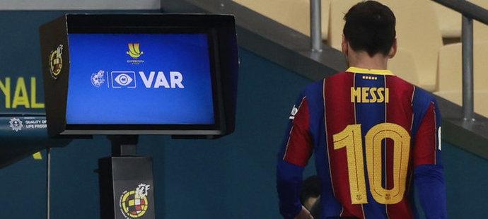 Lionel Messi dostal první červenou v dresu Barcelony