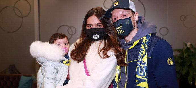 Mesut Özil s manželkou a dcerou po příletu do Istanbulu