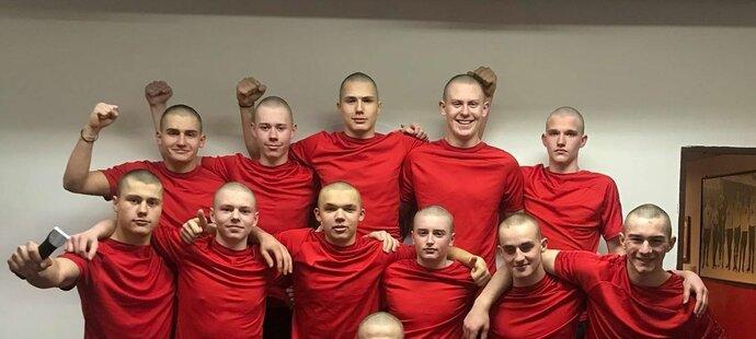 Poté, co Sebastian přišel o vlasy, si spoluhráči na znamení podpory oholili hlavy.