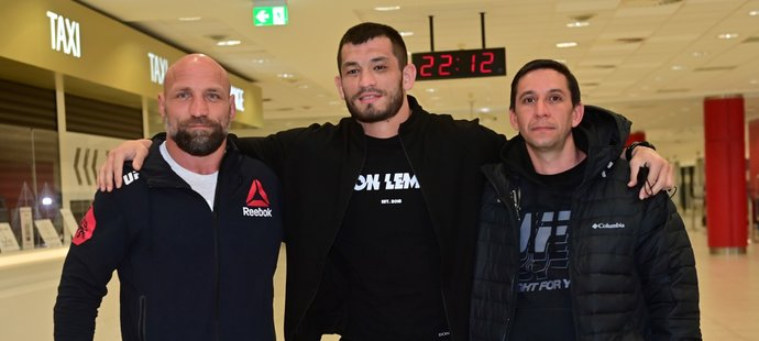 """Machmud """"Mach"""" Muradov na letišti v Praze po návratu z UFC 257"""