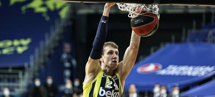 Český basketbalista Jan Veselý táhne v Eurolize své Fenerbahce
