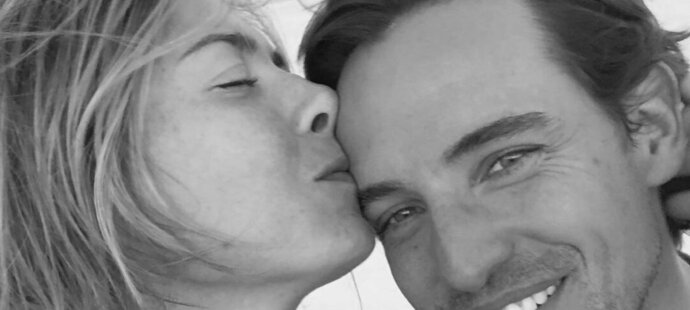 Maria Šarapovová po boku přítele doslova září štěstím.