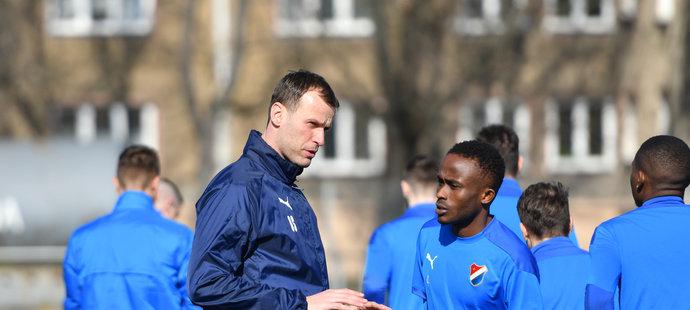 Nový trenér Ostravy Ondřej Smetana na tréninku mluví s Yirou Sorem