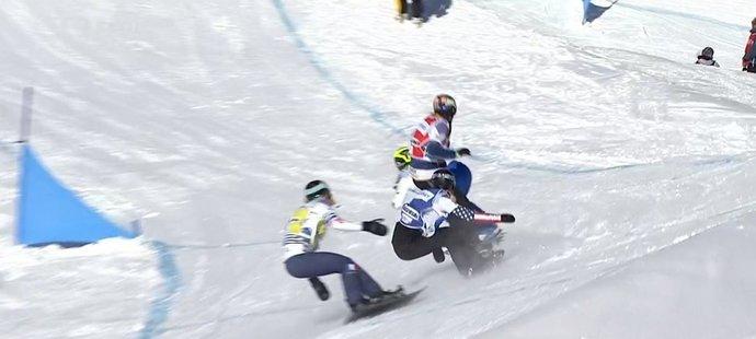 Eva Samková (v červeném) ve finále za plné jízdy přeskočila prkno italské rivalky Michely Moioliové