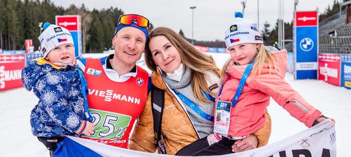 Ondřej Moravec s manželkou Veronikou a oběma dětmi, jeho překvapením v cíli posledního závodu kariéry