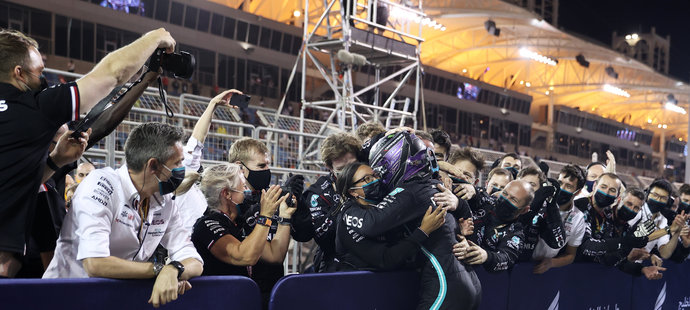 Radost Lewise Hamiltona a jeho týmu Mercedes